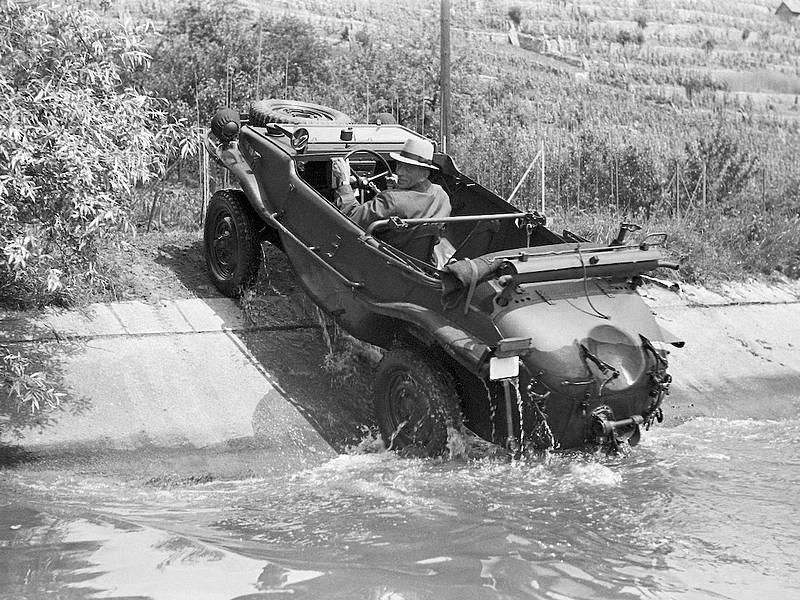 Porsche typ 166 schimmwagen sort de l'eau