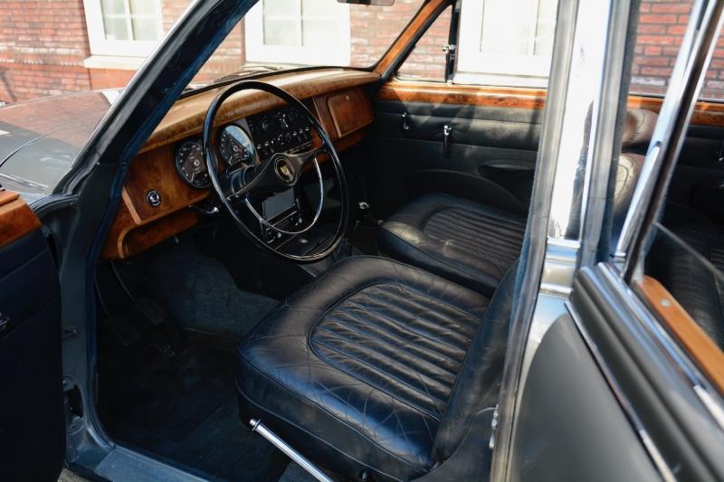 Cuir et bois dans la Jaguar Mk2
